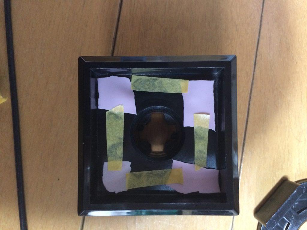 ゴム手袋の欠片を紙テープで固定