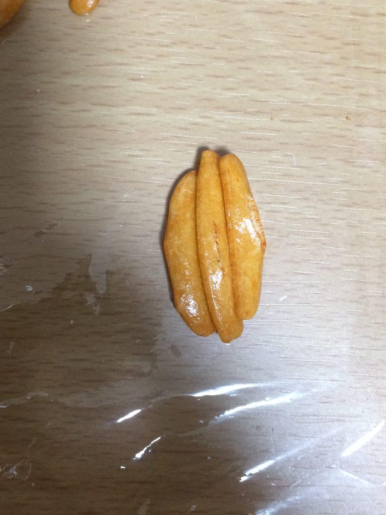 3つ繋がった柿の種